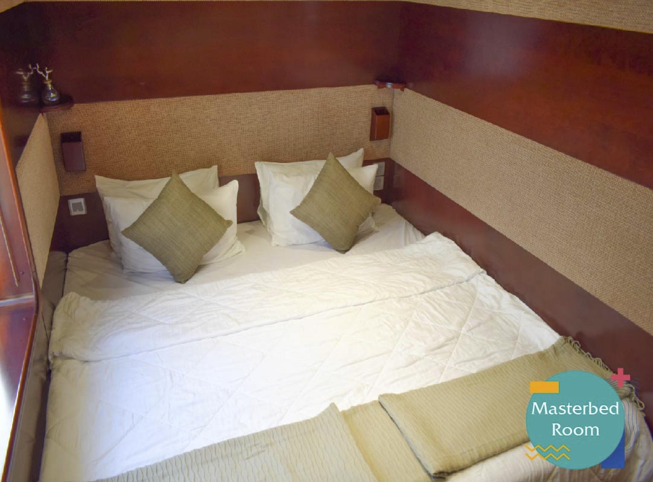 Luxury Houseboat Cruise (Up to 6 people)